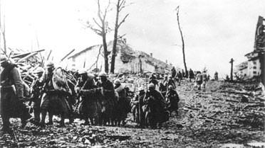 Grande-Guerre-colonne-soldats-ruines
