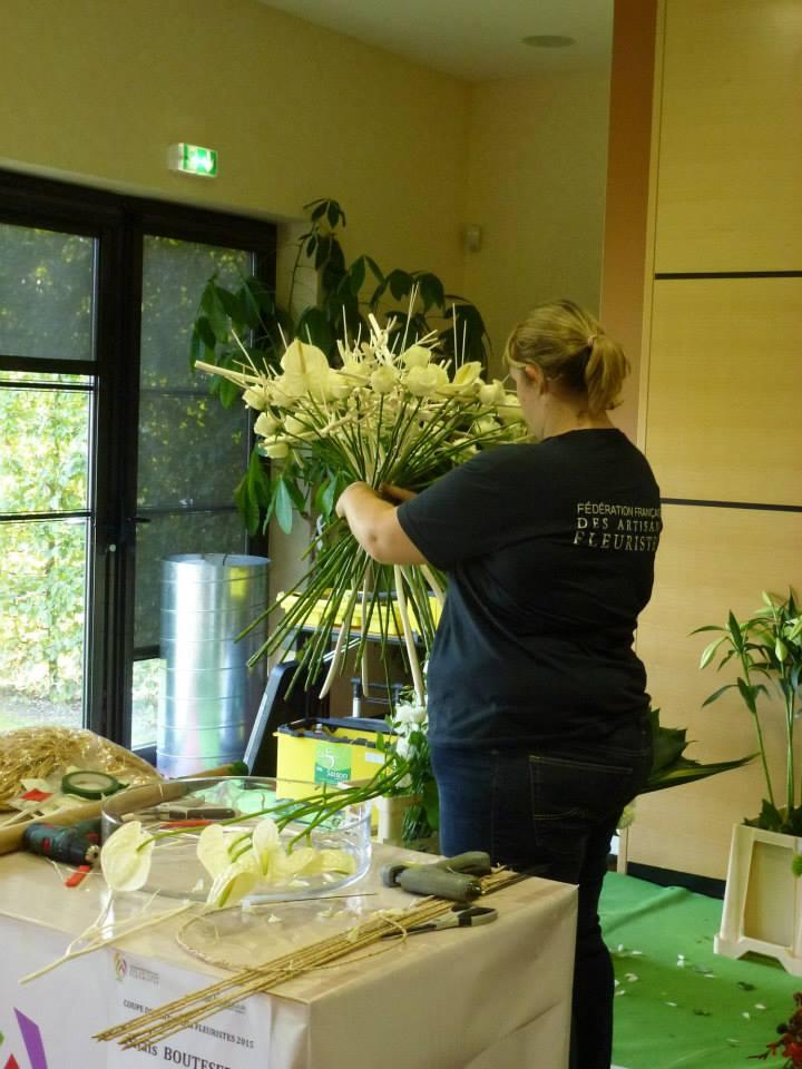 Anaïs Boutserin réalise son « bouquet blanc » (crédits photos école de Roville)