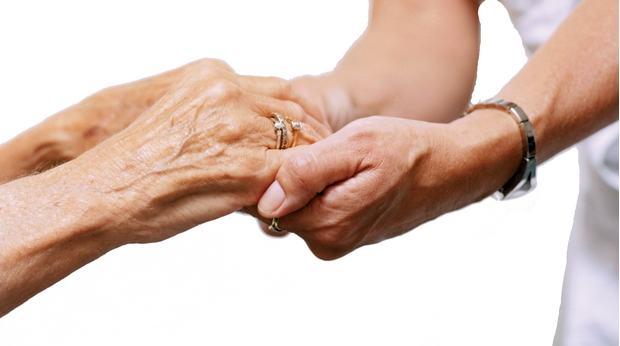 dependance-mains-personne-agee-aidant-bagues-vieux
