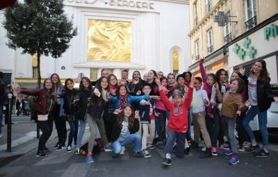 Groupe devant Folies Bergère