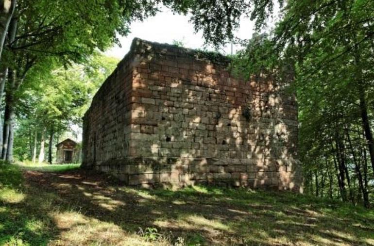 vestiges du château de Bruyères (photographie Office du tourisme)