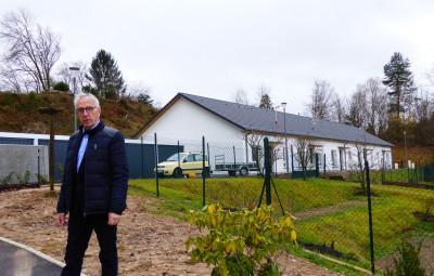François Picoche, maire de Dinozé, devant les cinq pavillons Vosgelis
