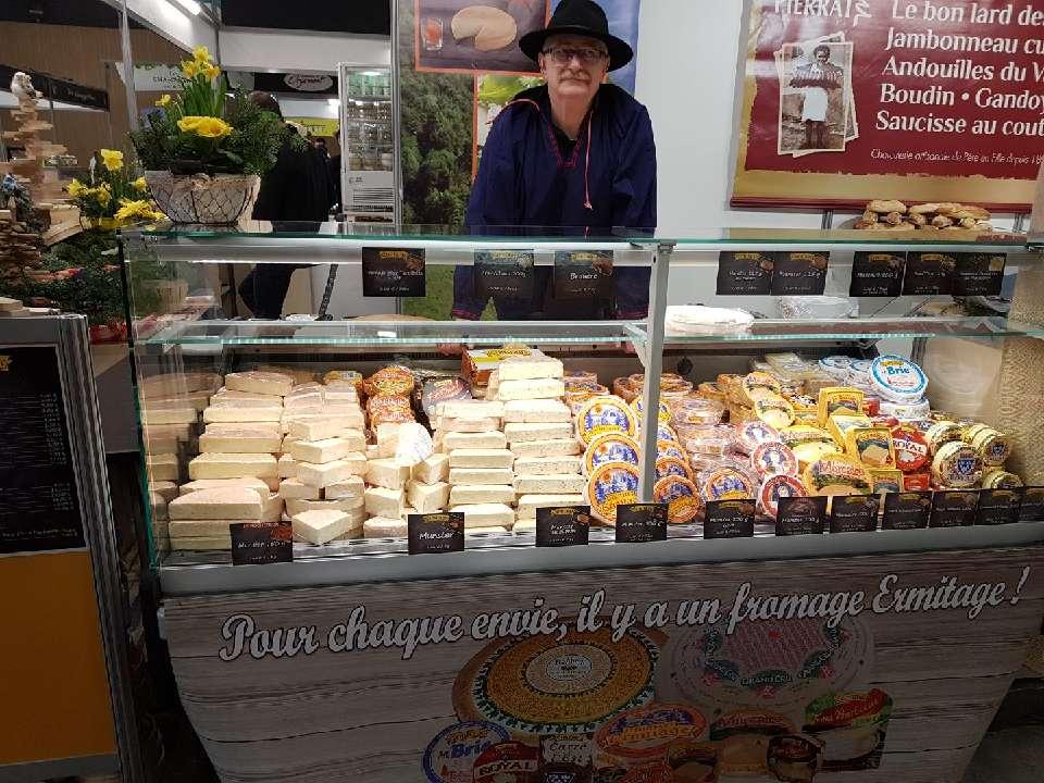 Photographie Fromagerie L'Ermitage Jean-Luc  attend le public pour faire découvrir les fromages et plus particulièrement un Marcaire géant de 25,5 kg