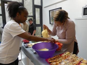 Synthia et Rabia maman des quartiers préparent les petits fours et gâteaux.
