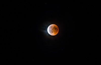 une petite Lune Rousse juste à la fin de l'éclipse (on voit la lumière revenir à gauche. Photo prise à 23h20 à Bruyères (Photographie Paul Crétot)