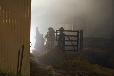 Seize soldats du feu étaient mobilisés pour contenir le feu sur l'exploitation du maire, Alain Thouvenin.