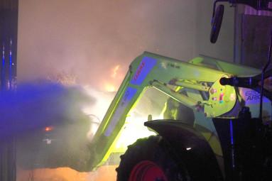 Une presse agricole et six ballots de foin ont été emporté par les flammes.