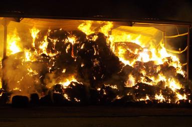 Un brasier qui a consumé plusieurs dizaine de tonne de fourrage, sous la surveillance accrue des pompiers