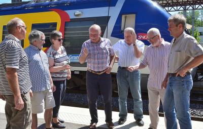 Des membres du collectif de défense de la ligne Epinal – Saint-Dié-des-Vosges – Strasbourg en gare de Saint-Dié-des-Vosges (Photographie d'archives).