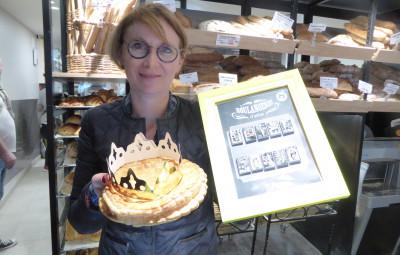 Christelle Boutruche, co-gérante de la boulangerie du Quai, présente sa galette à la frangipane et la collection de fève.