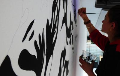 L'artiste Hélène Bleys, en montage dans l'Art Bus