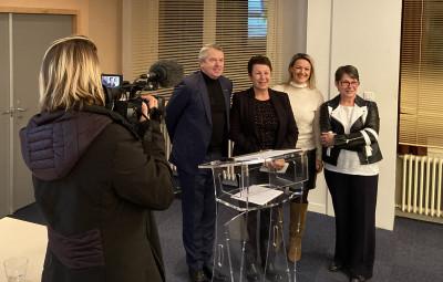 la remise du 1er prix par Gérard CLAUDEL, Président de la CCI des Vosges, aux représentants de l'Union Déodatienne des Commerçants et Artisans de Saint-Dié