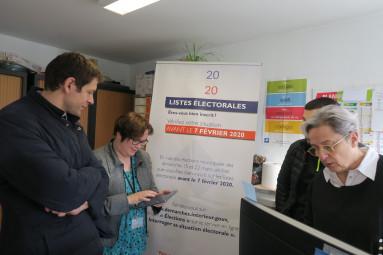 La directrice citoyenneté et légalité, Aurore Bérard Choinet , présente les avantages de l'inscription en ligne.