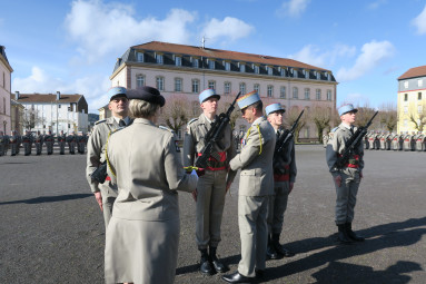 Florian reçoit sa fourragère des mains du colonel Vouilloux