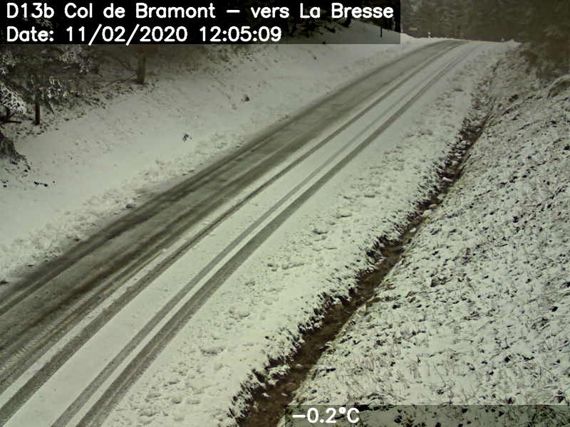 La chaussée du col du Bramont est en partie enneigée ce mardi en milieu de journée. J.J.