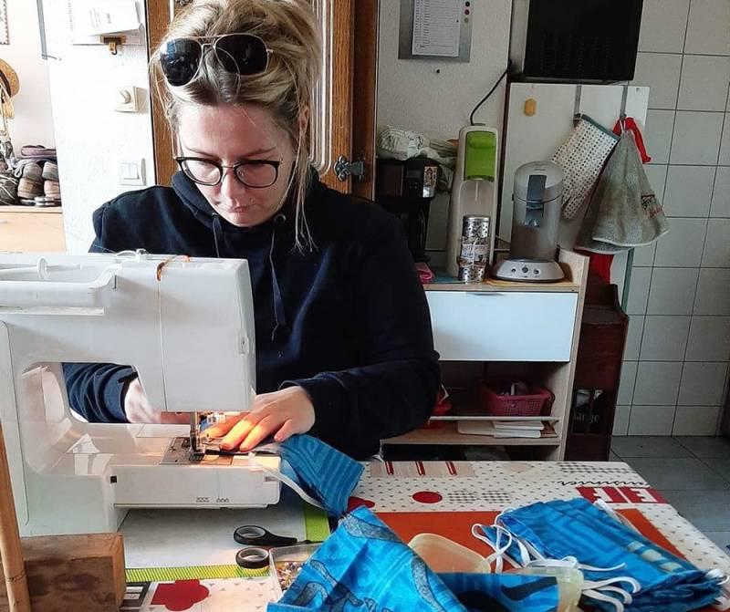Corinne, l'une des couturières de la solidarité, en pleine confection de masques. (Crédit photographique Couturières Solidarité des Vosges)