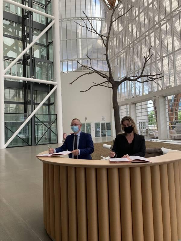 Jean-Marc Huart, recteur de l'académie de Nancy-Metz et de la région académique Grand Est et Chiara Parisi, directrice du Centre Pompidou-Metz, ont signé ce jeudi 28 mai une convention de partenariat