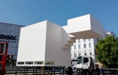 Installation de Phèdre Acier, résine polyester, bois, projecteur programmable, 2004, 6,5 x 2,5 x 4 m