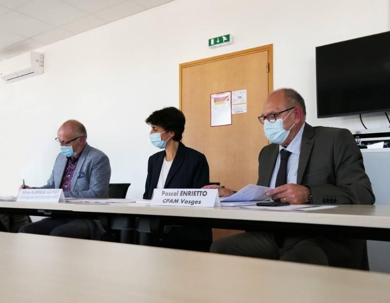 De gauche à droite sur la photo : Dr Philippe CHERRIER, Président de la CPTS des Vosges centrales, Cécile AUBREGE-GUYOT, Déléguée territoriale de l'Agence régionale de santé (ARS) Grand Est, Pascal ENRIETTO, directeur de la CPAM des Vosges